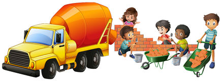 Caminhão e crianças do misturador de cimento que colocam tijolos ilustração royalty free
