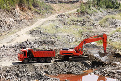 Caminhão e máquina escavadora de descarga fotos de stock