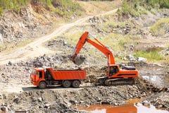 Caminhão e máquina escavadora de descarga foto de stock