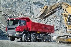 Caminhão e máquina escavadora de descarga fotografia de stock royalty free