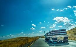 Caminhão em 5 de um estado a outro que ruma para o sul em Califórnia Foto de Stock Royalty Free