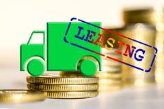 Caminhão em um fundo do dinheiro que o conceito das mudanças no carro fixa o preço Foto de Stock Royalty Free