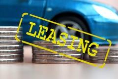 Caminhão em um fundo do dinheiro que o conceito das mudanças no carro fixa o preço Fotografia de Stock