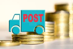 Caminhão em um fundo do dinheiro que o conceito das mudanças no carro fixa o preço Fotos de Stock Royalty Free