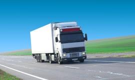 Caminhão em uma estrada. Fotografia de Stock