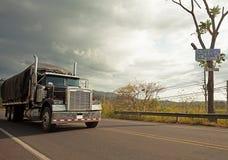 Caminhão em uma estrada em Costa Rica fotos de stock royalty free