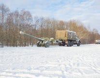 Caminhão engatado à arma da artilharia da segunda guerra mundial imagens de stock
