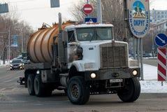 Caminhão grande com voltas do tanque na interseção das ruas fotos de stock royalty free