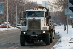 Caminhão grande com voltas do tanque na interseção das ruas fotografia de stock