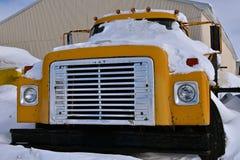 Caminhão internacional coberto de neve fotos de stock