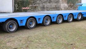 caminhão longo com seis pares de rodas para o transporte excepcional Imagens de Stock Royalty Free