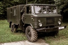Caminhão militar do vintage velho usado na guerra imagem de stock