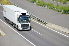Caminhão movente branco de Volvo acoplado com o semirreboque situado na estrada do slovak D1 fotografia de stock