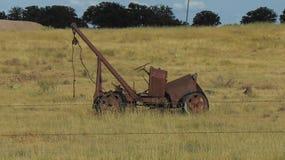 Caminhão MUITO velho do guincho do vintage fotografia de stock