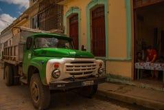 Caminhão na cidade velha Santa Clara, Cuba O transporte rural do ` s de Cuba é feito principalmente por caminhões Russo-feitos ve fotografia de stock royalty free
