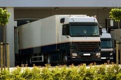 Caminhão na doca de carregamento Fotografia de Stock Royalty Free