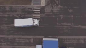 Caminhão na estrada video estoque