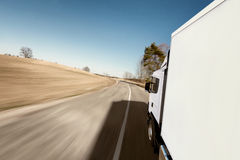 Caminhão na estrada imagem de stock