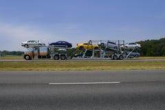 Caminhão na estrada com transporte colorido dos carros Fotografia de Stock Royalty Free