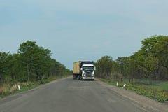 Caminhão na estrada M10 entre Kazungula e Sesheke na Zâmbia do sul paralela ao Zambezi River Foto de Stock
