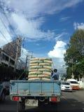 Caminhão na estrada ocupada Fotos de Stock Royalty Free