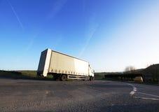 Caminhão na estrada rural no parque nacional do distrito máximo, Reino Unido Fotos de Stock Royalty Free