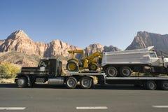 Caminhão nas montanhas Fotos de Stock Royalty Free