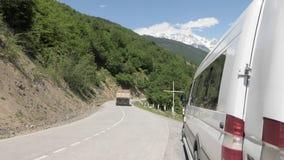 Caminhão nas montanhas - mt Ushba, Geórgia vídeos de arquivo