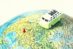 Caminhão no mapa do mundo Fotografia de Stock Royalty Free