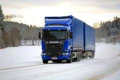 Caminhão novo da carga de Scania na estrada do inverno Fotografia de Stock Royalty Free