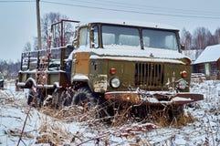 Caminhão oxidado deixado no campo imagem de stock