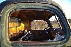 Caminhão oxidado velho com janelas quebradas Foto de Stock