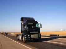 Caminhão pela estrada Fotos de Stock Royalty Free