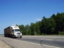 Caminhão pela estrada Fotografia de Stock Royalty Free