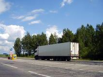 Caminhão pela estrada Imagens de Stock Royalty Free