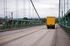 Caminhão pequeno da caixa amarela na ponte de St Johns em Portland Fotografia de Stock Royalty Free