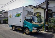 Caminhão pequeno do serviço de transporte fotografia de stock royalty free