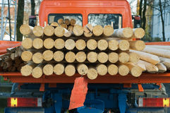 Caminhão pequeno que transporta a madeira Fotografia de Stock