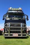 Caminhão preto de Volvo FH16 660 com barra de Bull em uma mostra Fotos de Stock