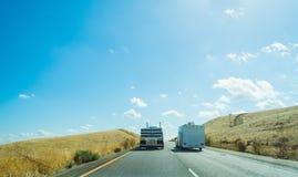 Caminhão que alcança uma caravana em 5 de um estado a outro Fotos de Stock