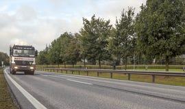 Caminhão que conduz em uma estrada Fotos de Stock Royalty Free