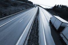 Caminhão que conduz na autoestrada no crepúsculo imagens de stock
