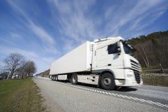 Caminhão que conduz na estrada fotografia de stock