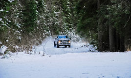 caminhão 4x4 que deriva na estrada da neve do inverno na floresta imagem de stock