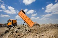 Caminhão que derruba a terra imagem de stock