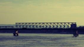 Caminhão que passa sobre a ponte em Danube River filme