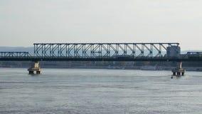 Caminhão que passa sobre a ponte em Danube River video estoque