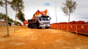 Caminhão que trabalha em um canteiro de obras, efeito do carregador do deslocamento da inclinação filme