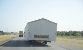 Caminhão que transporta a carga desproporcionado imagens de stock royalty free