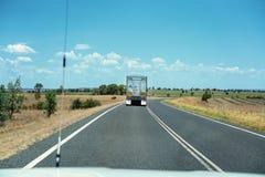 Caminhão que transporta o frete na estrada do país foto de stock